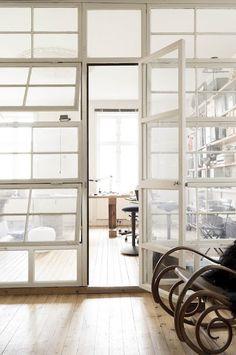 Ce mur fait de fenêtres récupérées est la plus belle façon de séparer une pièce. (Anna G.)