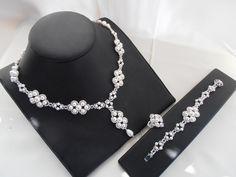 parure créée en pensant à une mariée valeur de l'ensemble 164 €. Parure tissé en perles nacrées Swarovski er Toho cristal. Les fermoirs sont en argent rhodié.