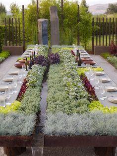 """Eine großartige Idee: Gartentisch mit Kräuterbeeten. Da bekommt """"Frische"""" eine ganz neue Bedeutung."""