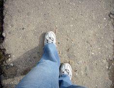Stând în picioare, drept, încearcă să îţi apleci corpul în faţă ducând mâinile către podea. Apleacă-te cât mai mult posibil. Acesta este un joc aşa că nu trebuie să-ţi forţezi organismul. Apleacă-t… Natural Lifestyle, Mai, Keds, Sneakers, Fashion, Tennis, Moda, Slippers, Fashion Styles
