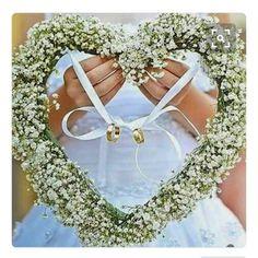-Porta fedi- Noi avremo una bellissima minidamigella, la nostra nipotina! Oggi pensavamo a dove appoggiare gli anelli, una nostra amica ci ha fatto vedere questa foto, ed è stato subito amore! Invece del classico cuscino realizzeremo un cuore di nebbiolina! Cosa ne pensate? #ring #love #wedding #cisposiamo #fidanzamento #weddingday #weddingtag #weddingorganization #luckygirl #matrimonio #shabbychic #countychich #hippiechic #romantic #diario #diary #weddingdiary #diariodimatrimonio #sposa…