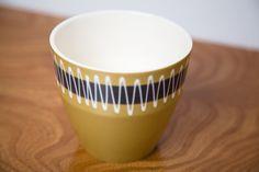 Hornsea Mustard Glazed Slipware Planter Shape 875 designed by John Clappison. Vintage Pottery, Vintage Ceramic, Ceramic Decor, Ceramic Pottery, Hornsea Pottery, Plant Holders, Textures Patterns, Mustard, Scandinavian