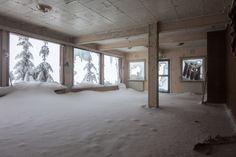 """El fotógrafo Svein Nordrum, de 54 años, tuvo que afrontar temperaturas de menos siete grados celsius después de subir la montaña.   14 escalofriantes imágenes de un centro turístico para esquiadores abandonado, que se parece al hotel de """"El resplandor""""."""