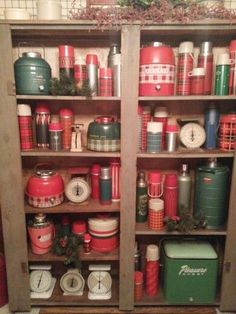 A vintage thermos collection Vintage Picnic, Vintage Cabin, Vintage Tins, Vintage Antiques, Retro Vintage, Vintage Kitchenware, Antique Shops, Vintage Cooler, Antique Booth Ideas