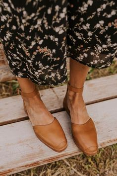 Oct 2019 - Tan Leather Ankle Strap Flats - Spring Summer Footwear Ideas for Women - Closed Toe Trendy Shoes - Weather Transition Shoe Ideas Trendy Womens Shoes, Womens Shoes Wedges, Womens High Heels, Women's Shoes, Shoes 2018, Shoes Sneakers, Flat Shoes, Shoes Style, Tan Flats