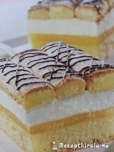 Tejszínes piskótás szeletHozzávalók:5 egész tojás 30 dkg puha margarin 1 cs. vaníliás cukor 20 dkg cukor 1 citrom leve, és reszelt héja 30 dkg liszt 1 cs. sütőporA krémhez:5 dl narancslé 2 cs. vaníliás pudingpor 6 Bread Dough Recipe, Sweet And Salty, Macarons, Tiramisu, Recipies, Cheesecake, Food And Drink, Sweets, Cookies