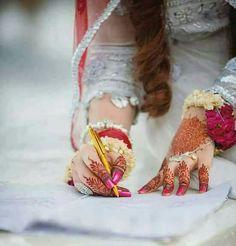 Fulfill a Wedding Tradition with Estate Bridal Jewelry Girl Hand Pic, Girls Hand, Beautiful Bride, Beautiful Hands, Girly Dp, Mehndi Style, Stylish Dpz, Bridal Photoshoot, Mehandi Designs