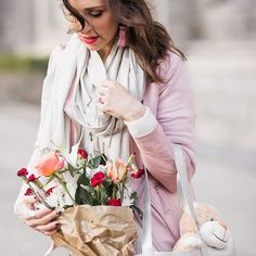 Don't wait till next Valentine's Day to buy her flowers 💐 Be romantic whatever the day.... and you know what you have one more excuse! It's Friday and you are about to spend more time with your loved ones! 😊 Happy Friday! ❤️😉 #justkassi #Friday #Flowers • photo by @katyakoliban •