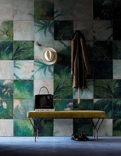 Carta da parati a piastrelle con illustrazione a tema naturale, foglie e alberi in verde e bianco. Tiled wallpaper, natural theme with leaves and trees in green and white. Exotic Damier, Raw for @wallanddeco #vemverde