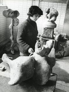 Alina Szapocznikow w pracowni przy cmentarzu Pére-Lachaise - Archiwum Aliny Szapocznikow - Muzeum Sztuki Nowoczesnej w Warszawie