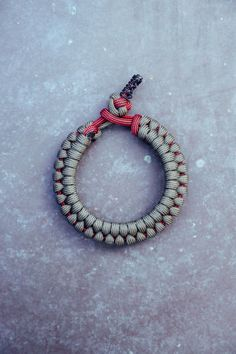 My New Favorite Paracord Bracelet! Paracord Tutorial, Paracord Knots, Paracord Bracelets, Beaded Bracelets, Paracord Projects, Macrame Projects, 4 Strand Round Braid, Bracelet Making, Things To Buy