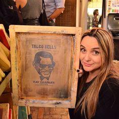 """Lu Thomaz (@luthomaz), diretora de arte e amiga de longa data, posando com uma tela de silk screen retratanto Ray Charles, em evento do espaço cultural """"Balsa"""" - postagem dela própria no Instagram - Foto: @carlosalkmin #tacobells #raycharles #silk #balsa #splovers #ilivesp"""