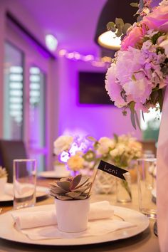 Tischdeko im green wedding style mit Sukkulenten und Eukalyptus. Table Decorations, Inspiration, Home Decor, Hot Pink Flowers, Succulents, Biblical Inspiration, Room Decor, Home Interior Design, Home Decoration