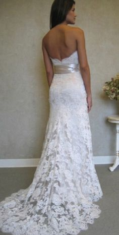 gorgeous dress... website has recycled wedding section where brides can sell decorations from their wedding. good to know.