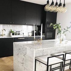 """1,213 Synes godt om, 24 kommentarer – BO BEDRE (@bobedredk) på Instagram: """"Vi er vilde med dette elegante køkken i sort og marmor. Her er skabt rum for mange gode timer til…"""""""