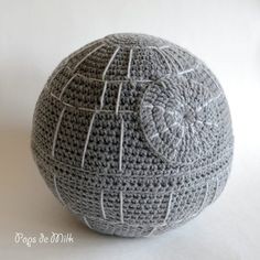 Star Wars Crochet Death Star Pattern - Star Wars Death Star - Ideas of Star Wars Death Star - Death Star Pops de Milk Star Wars Crochet, Crochet Stars, Knit Crochet, Double Crochet, Single Crochet, Hand Crochet, Crochet Pillow Pattern, Crochet Patterns Amigurumi, Crochet Dolls