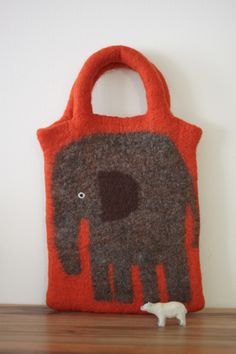 持ち手もやわらかなフェルトでつくったぞうさんバッグ 大好きな濃いめのオレンジ色に おおきなぞうをバッグいっぱいに描きました  追記 気...