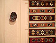 Falls Sie schon immer eine Vorstellung von einem bestimmten Kelimteppich hatten - etwa ein bestimmtes Muster oder ein arabisches Wort in kalligraphischer Schrift, dann kontaktieren Sie uns einfach. Bohemian Rug, Rugs, Home Decor, Backpacks, Arabic Words, Simple, Fiction, Weaving, Patterns