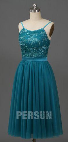 Romantique & vintage : on pense à ces deux mots quand on regarde le rendu de cette robe de cocktail mi longue. On est également surpris de voir que la dentelle en vert pin crée un aussi joli effet sur le haut. Le décolleté arrondi lui donne de l'originalité. Achetez-la sans hésitation !