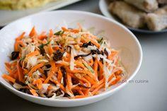 Salade Goï (ou Salade vietnamienne)      12 carottes     1/2 choux blanc     500 g de crevettes (ou chair de crabe) (facultatif)     250 g de champignons noirs (oreilles de chat)     1 à 2 blancs de poulets cuits (dépend de la taille)     1 belle poignée de cacahouètes     1 bouquet de menthe fraiche     3 CS de sucre en poudre     2 CS de sel