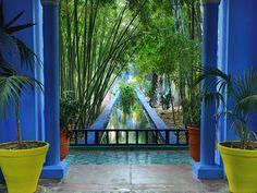 モロッコの古都マラケシュにあるマジョレル庭園は、もともとは1920年代にフランス人画家のジャック・マジョレルが造ったもの。彼の死後の1980年、イヴ・サンローランとその恋人が、新しいオーナーとなった。