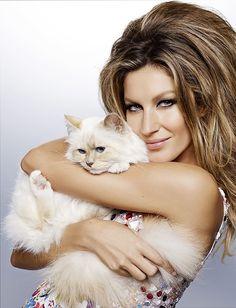 """Gisele Bündchen segura a gatinha Choupette em ensaio para a edição de dezembro da """"Vogue Brasil"""""""