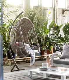 KARWEI | Er hangt iets moois in de lucht: een heerlijke hangstoel om in te relaxen. #karwei #tuin #hangstoel #loungen