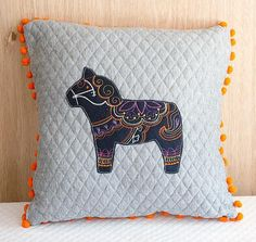Poduszka haftowana z pomponami - konik Dalarna - Feltress - Poduszki dla dzieci