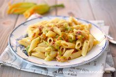 Oggi a pranzo c'è la pasta allo speck con fiori di zucca dell'orto e per renderla ancora più golosa ho aggiunto un formaggio molto saporito: il taleggio!