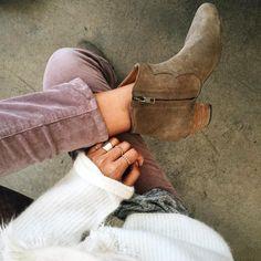 Boots sable + slim en velours lila + pull blanc mousseux = le bon mix (instagram Sincerely Jules)