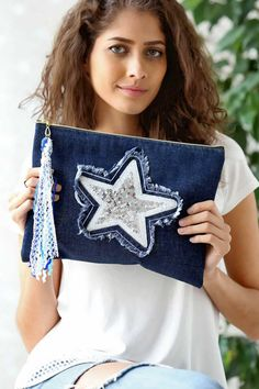 Kadın Jean Yıldız Aplikeli Clutch – Purses And Handbags Boho Diy Jeans, Recycle Jeans, Diy Bags Purses, Purses And Handbags, Bag Pattern Free, Denim Crafts, Patchwork Bags, Denim Bag, Clutch Bag