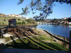 Isla Medal más conocida como A Insuiña (Pontesampaio) : Ponte Sampaio recupera para uso público A Insuíña, la isla del pintor Antonio Medal de la que decía «pequeniña, pero miña».  A Insuiña, situada en la margen derecha de la desembocadura del río Verdugo, tiene una extensión de 3.810 metros cuadrados y posee elementos arquitectónicos singulares, como un palomar, un horreo, bancos de piedra, puente l