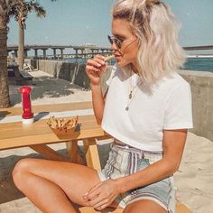 enjoying this fryday 😋 in Urban Outfitters genieße diesen Alltag 😋 in Urban Outfitters @ liketoknow. Brown Blonde Hair, Short Blonde, Short Hair Outfits, Grunge Hair, Mode Inspiration, Hair Inspo, Hair Looks, New Hair, Cool Hairstyles