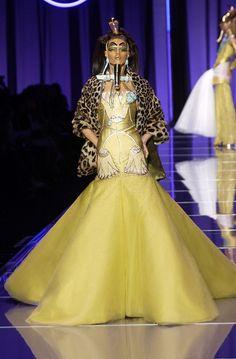 Défilé Christian Dior Haute Couture Printemps 2004 d'inspiration Egypte antique très forte. Cette création peut nous faire penser au Dieu Atoum, dieu de la création, possédant une coiffe d'une double couronne