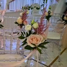 Stoelbloemen, in vaasjes of gewoon lekker natural als veldbloemen vast gestrikt met een lintje, zijn super leuk om de stoelen van de gasten voor de trouwceremonie mee te decoreren. In overleg met jullie en de locatie kunnen wij ze voor jullie aan de stoelen vast maken. Glass Vase, Table Decorations, Home Decor, Decoration Home, Room Decor, Home Interior Design, Dinner Table Decorations, Home Decoration, Interior Design