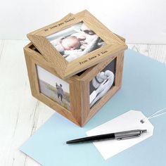 Schöne Eiche graviert Fotowürfel um besondere Andenken oder Wertsachen zu speichern und mit einem Fenster auf jeder Seite damit 5 Fotos Ihrer Wahl angezeigt werden können. Der Deckel, der mit Ihrer Wahl der Personalisierung und ein Foto-Panel, hebt aus der Box, eine kleine Lagerfläche