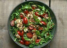 KAROLA'S KITCHEN * TOMAAT EN MOZZARELLA MET RUCOLA EN PIJNBOOMPITJES - tomatoe, mozzarella salad with rocket leaves, balsamic vinegar, olive oil roasted pinenuts