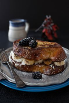 challah french toast with bruléed bananas, nutella, & whipped cream.I think I would minus the nutella and use mexican cajeta. Awesome French Toast Recipe, Best French Toast, Pain Perdu Nutella, Pasteles Light, Challah French Toast, Beaux Desserts, Café Chocolate, Breakfast And Brunch, Banana Breakfast