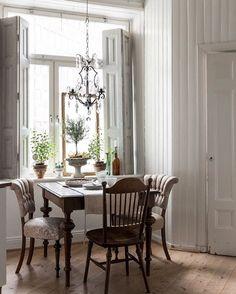 Made In Persbo: Fin vän fint hem Home Interior Design, Dining Room Decor, Interior Decorating, Home, Interior, Dining Furniture, Home Decor, Dining Room Inspiration, Interior Decorating Styles