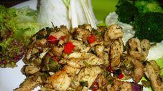 Kuřecí prsa rozkrojíme na tenké plátky a ty nakrájíme na proužky.Z olivového oleje, soli, pepře a provencálského koření smícháme marinádu, kterou... Korn, Kung Pao Chicken, Chinese, Ethnic Recipes, Chinese Language