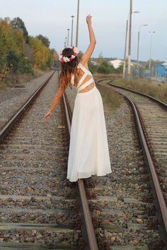 Seit zwei Jahren nimmt Janina ihr Brautkleid mit auf Reisen. Als Reisebloggerin macht sie davon ziemlich viele. Ihre wunderschönen – und teils auch lustigen – Fotos seht ihr hier:  http://www.travelbook.de/welt/Von-Bali-bis-Hawaii-Ein-Brautkleid-reist-um-die-Welt-624606.html