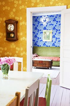 Ihanat tapetit ja värien kirjo! / We are loving these colorful wallpapers! / Kuva/pic: Petra Tiihonen
