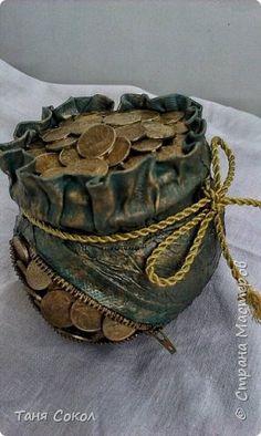 Travaux en cours - Le carton de Manni, et la mosaïque, le dessin et. Coin Crafts, Jar Crafts, Diy And Crafts, Arts And Crafts, Wine Bottle Crafts, Bottle Art, Coin Display, Coin Art, Jar Art