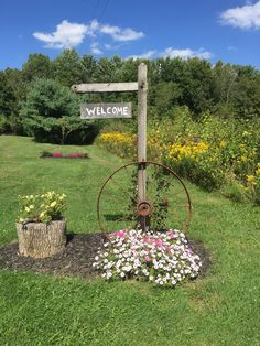 I Love Wagon Wheels And Flowers Front Yard Garden Design Small Landscaping