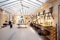 CENTRE COMMERCIAL, temple de l'éthique. Si vous aimez les boutiques éthiques, ce concept-store est pour vous ! Au très épuré Centre Commercial on trouve des vélos de seconde main, des meubles chinés et même… des œuvres d'art. Ils ont à cœur de proposer des initiatives et choses intégrant une dimension locale, sociale et environnementale. A découvrir…2, rue de Marseille – 10e