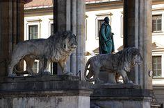 Zwei prächtige Löwen aus Stein, der eine ein Bayer und der andere ein Preuße, zieren diese historische Loggia, die nicht nur als beliebte und viel besuchte Sehenswürdigkeit der Stadt München gilt.... https://www.locationrobot.de/fotolocation-muenchen-monumentalbau-lr1941-li445