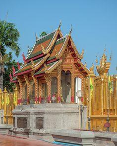2014 Photograph, Wat Phra That Hariphunchai Phrathat Hariphunchai Chedi Buddha Shrine, Nai Mueang, Mueang Lamphun, Lamphun, Thailand, © 2016. ภาพถ่าย ๒๕๕๗ วัดพระธาตุหริภุญชัย ที่บูชาพระพุทธรูป เจดีย์พระธาตุหริภุญชัย ในเมือง เมืองลำพูน ลำพูน ประเทศไทย