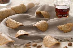 Le tegole dolci sono delle golose e croccanti cialdine tipiche della Val d'Aosta, perfette come merenda o per chiudere un pasto, una tira l'altra!