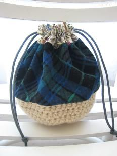 chick chick sewing: Crochet + fabric patchwork pouch    http://chickchicksewing.blogspot.co.uk/2009/11/crochet-fabric-patchwork-pouch_02.html