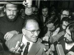 Santiago Carrillo respondiendo a los periodistas que le recibieron el 4 de noviembre de 1977 en el aeropuerto de Barajas, a su regreso de un viaje al frente de la delegación del Partido Comunista a Moscú, para asistir a los actos conmemorativos de la Revolución Soviética. Foto Cifra Gráfica.
